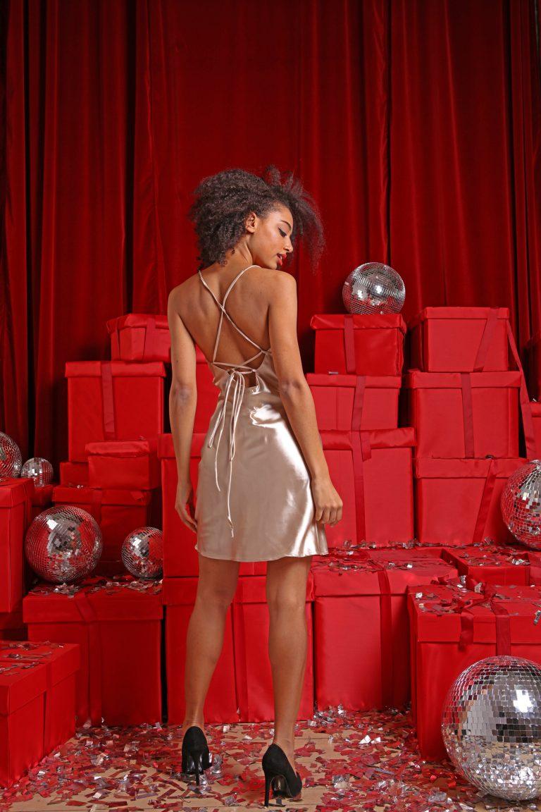 Sukienka koktajlowa złota z wiązaniem sznurkowym na plecach Love&Live (zdjęcie 3)