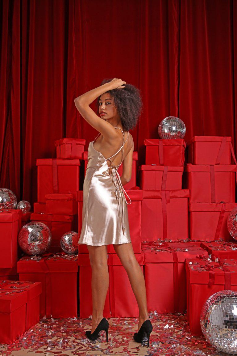 Sukienka koktajlowa złota z wiązaniem sznurkowym na plecach Love&Live (zdjęcie 2)