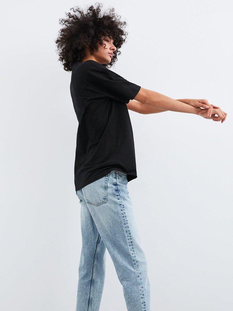 T-shirt czarny z asymetrycznym dołem Love&Live (zdjęcie 2)