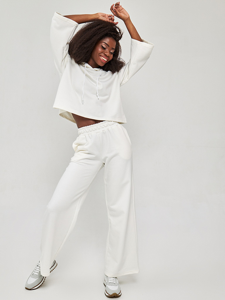 Zestaw z krótką bluzą i spodniami z szerokimi nogawkami w kolorze złamanej bieli Love&Live