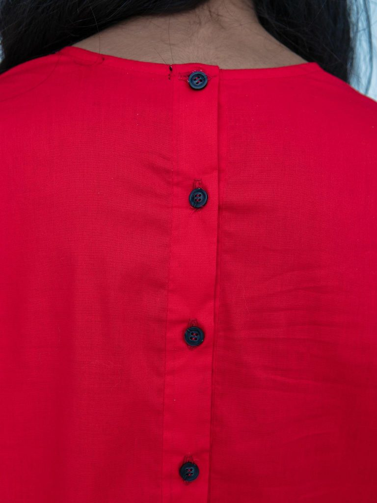 Czerwona sukienka koszulowa mini z falbanką Katarina Ivanenko (zdjęcie 5)