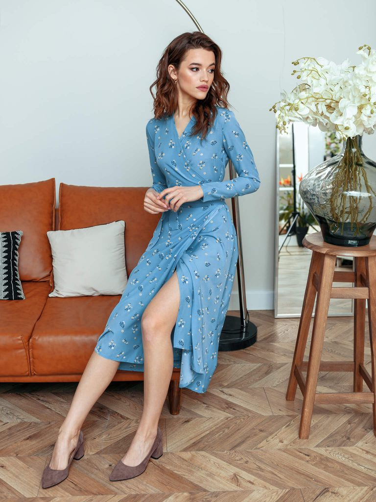 Kopertowa sukienka midi niebieska w drobne kwiaty Katarina Ivanenko