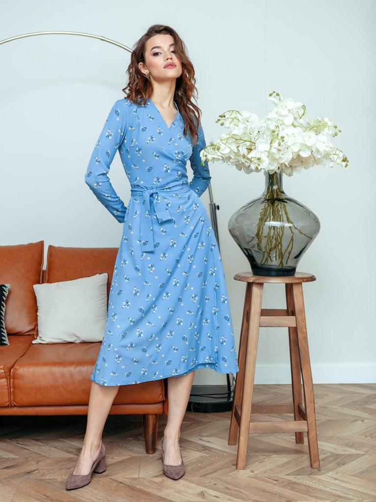 Kopertowa sukienka midi niebieska w drobne kwiaty Katarina Ivanenko (zdjęcie 2)