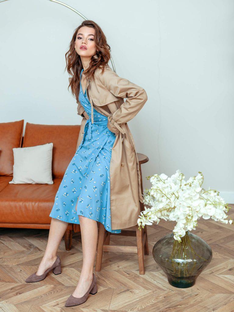 Kopertowa sukienka midi niebieska w drobne kwiaty Katarina Ivanenko (zdjęcie 3)