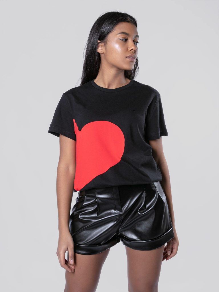 T-shirt czarny z sercem Love&Live (zdjęcie 5)