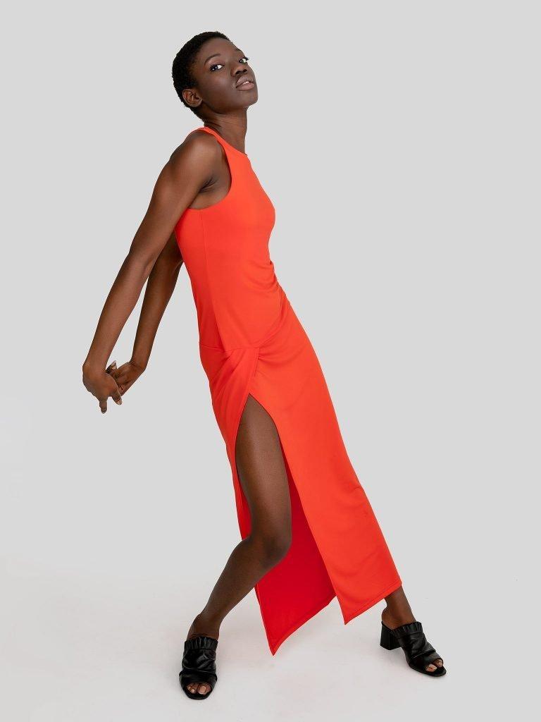 Dopasowana sukienka maxi w kolorze koralowym Katarina Ivanenko (zdjęcie 3)