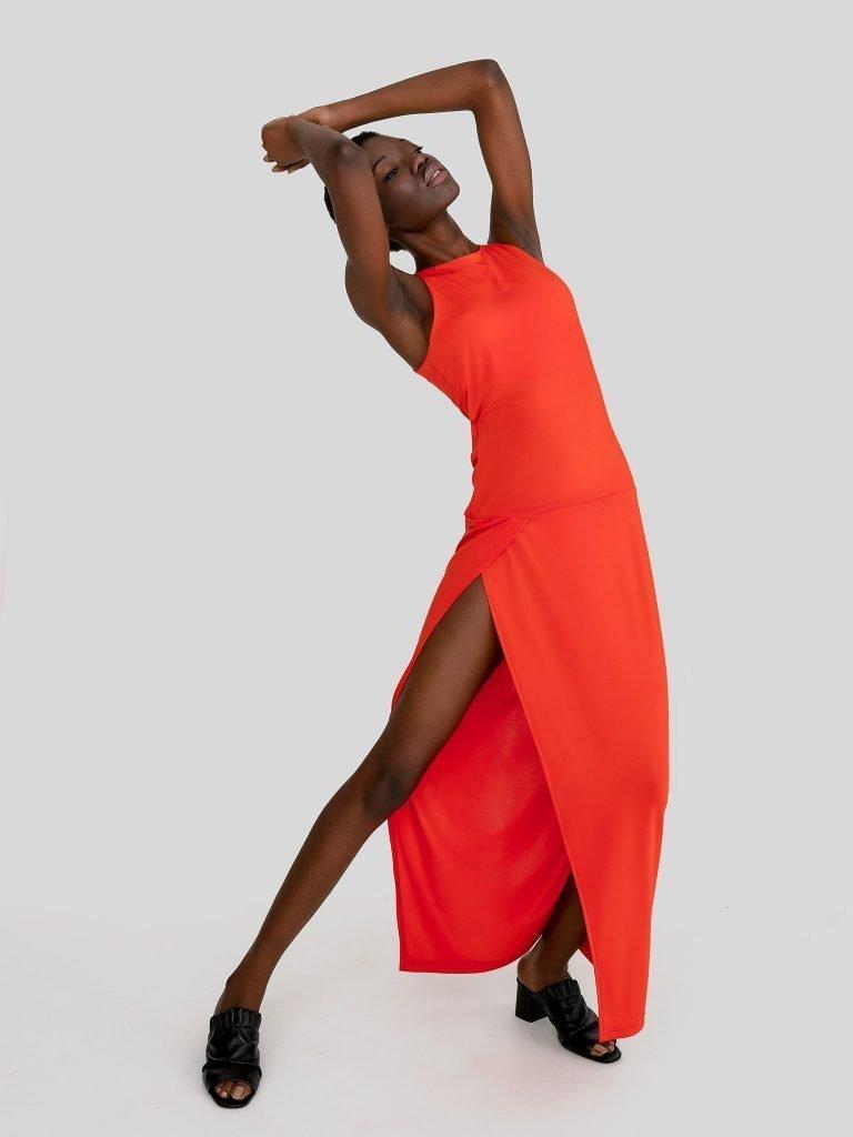 Dopasowana sukienka maxi w kolorze koralowym Katarina Ivanenko