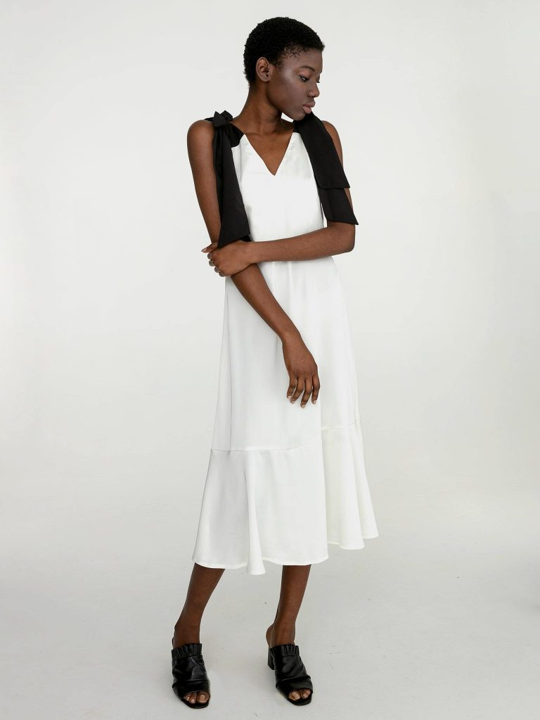 Sukienka midi z kontrastowym wiązaniem w kolorze białym Katarina Ivanenko (zdjęcie 2)
