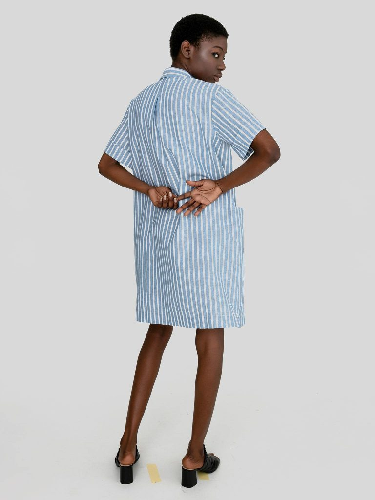 Lniana sukienka midi w stylu koszulowym biało niebieska w paski Love&Live (zdjęcie 4)