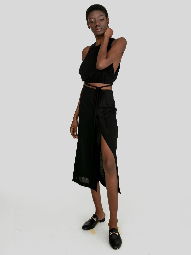 Lniana spódnica midi w kolorze czerni z rozcięciem Katarina Ivanenko