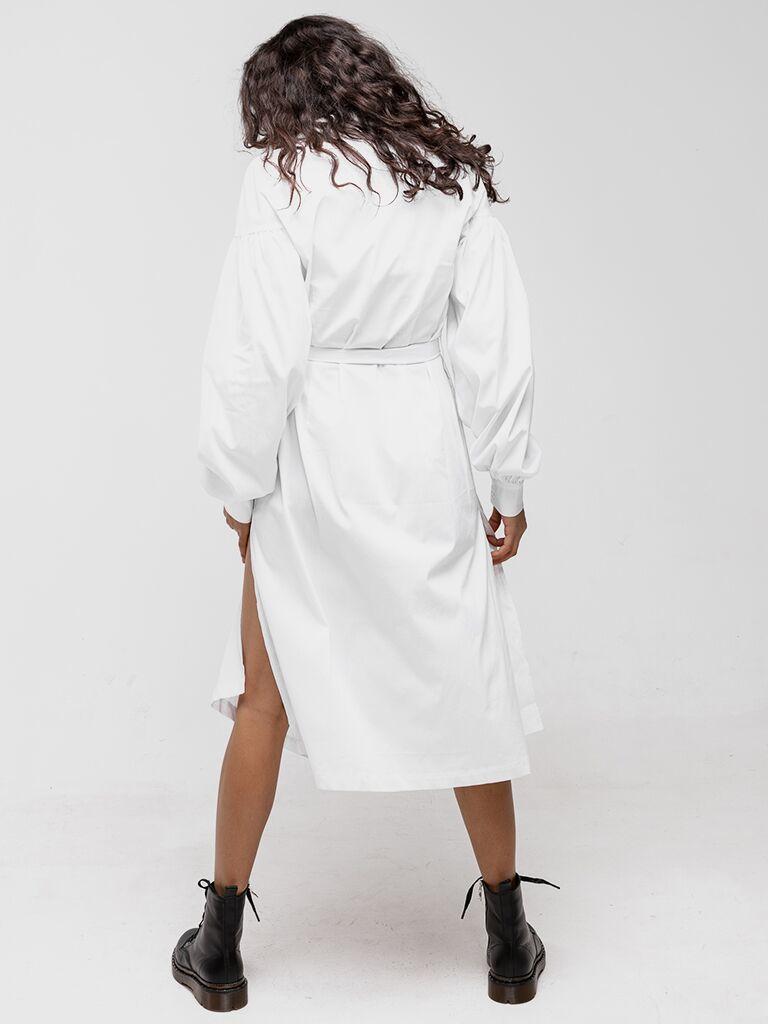 Sukienka koszulowa z pasem w kolorze bieli Katarina Ivanenko (zdjęcie 2)