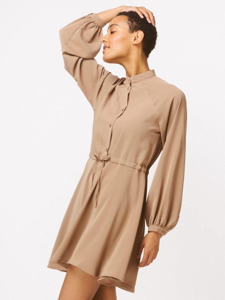 Sukienka w stylu koszulowym w kolorze ciepłego beżu Katarina Ivanenko