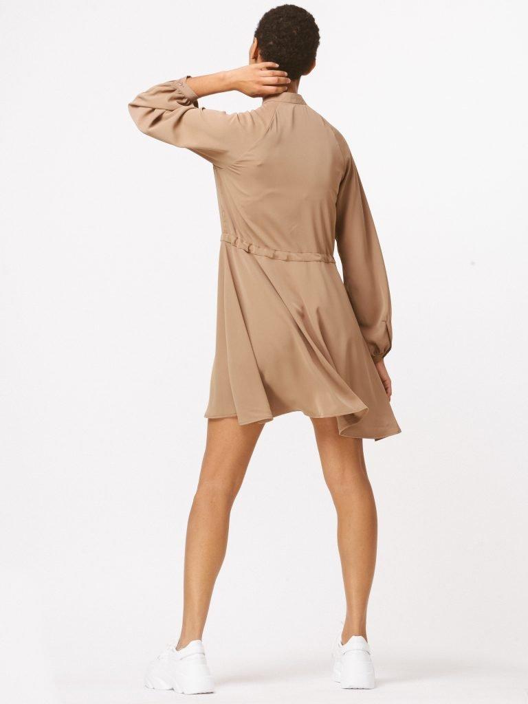 Sukienka w stylu koszulowym w kolorze ciepłego beżu Katarina Ivanenko (zdjęcie 3)