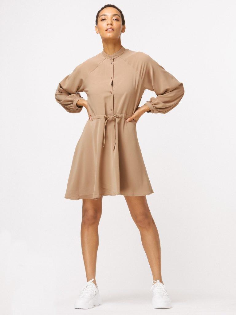 Sukienka w stylu koszulowym w kolorze ciepłego beżu Katarina Ivanenko (zdjęcie 4)