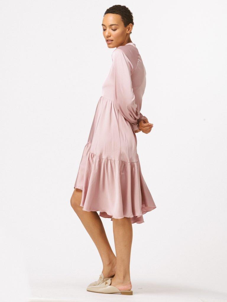 Sukienka pudrowa luźna w kroju Katarina Ivanenko (zdjęcie 3)