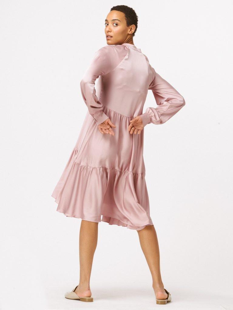 Sukienka pudrowa luźna w kroju Katarina Ivanenko (zdjęcie 4)