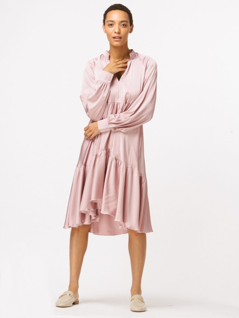 Sukienka pudrowa luźna w kroju Katarina Ivanenko