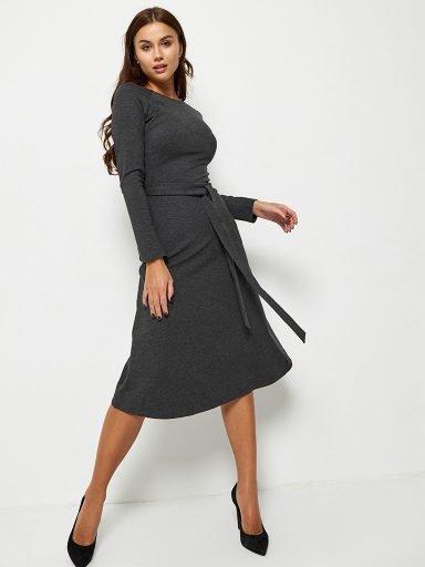 Sukienka midi w kolorze ciemnoszarym z paskiem Katarina Ivanenko