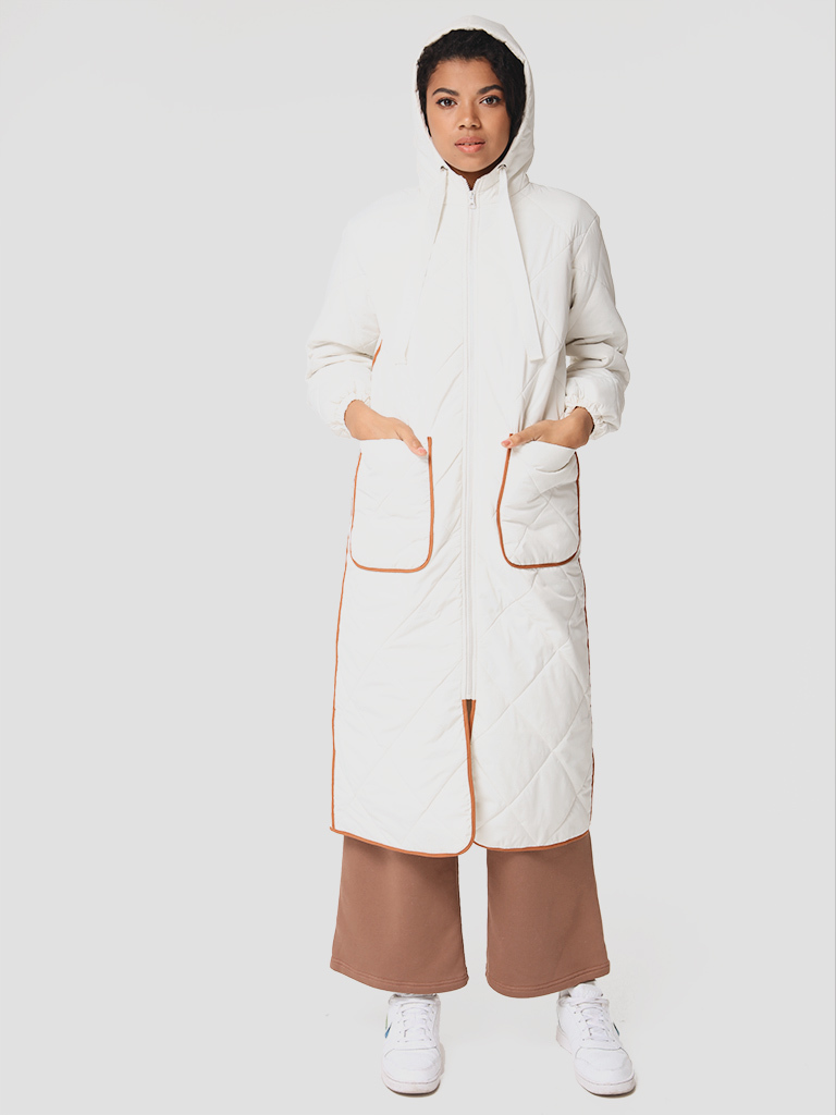 Pikowana kurtka midi z kontrastową lamówką w kolorze mlecznym Love&Live (zdjęcie 3)