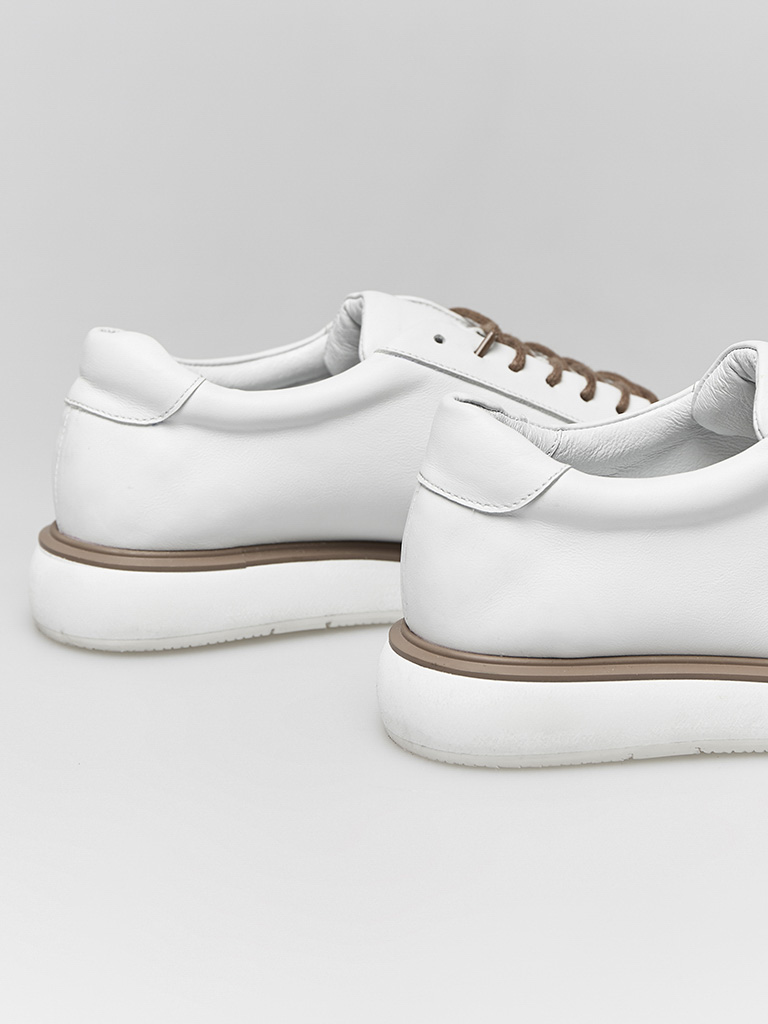 Buty skórzane w kolorze białym na płaskiej podeszwie Katarina Ivanenko (zdjęcie 4)