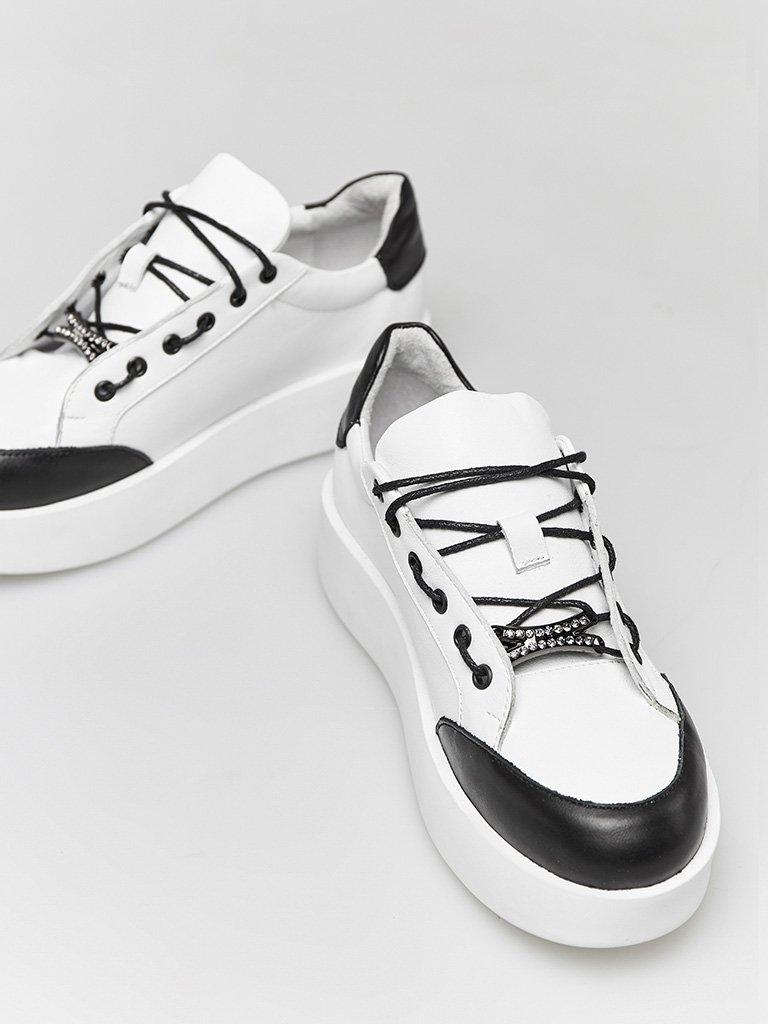 Skórzane buty sportowe w kolorze białym z kontrastowym prozdem Katarina Ivanenko