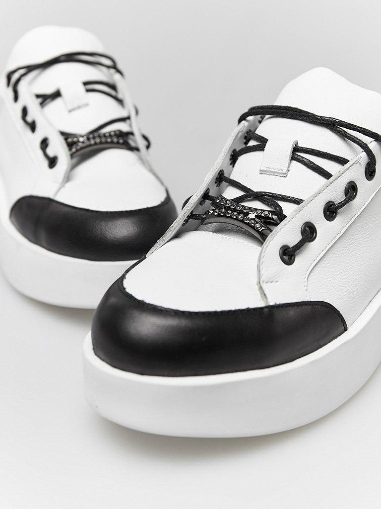 Skórzane buty sportowe w kolorze białym z kontrastowym prozdem Katarina Ivanenko (zdjęcie 2)