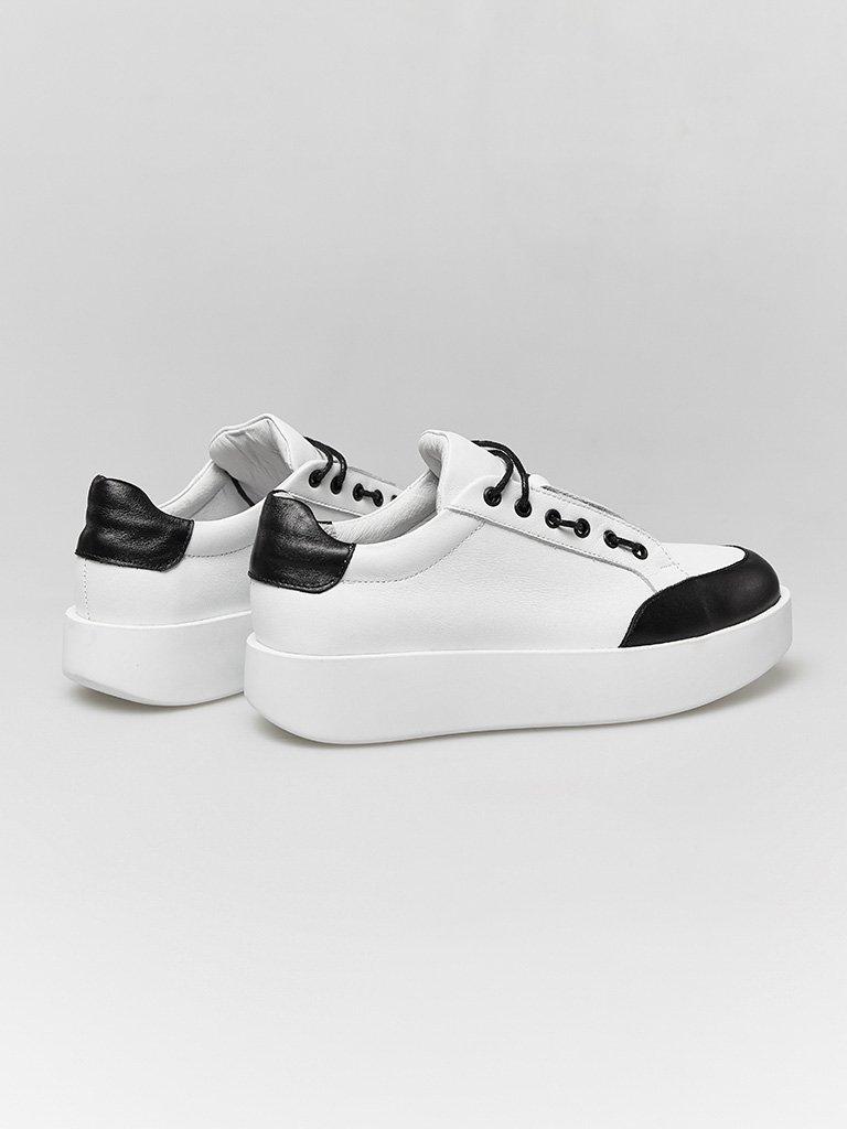 Skórzane buty sportowe w kolorze białym z kontrastowym prozdem Katarina Ivanenko (zdjęcie 3)