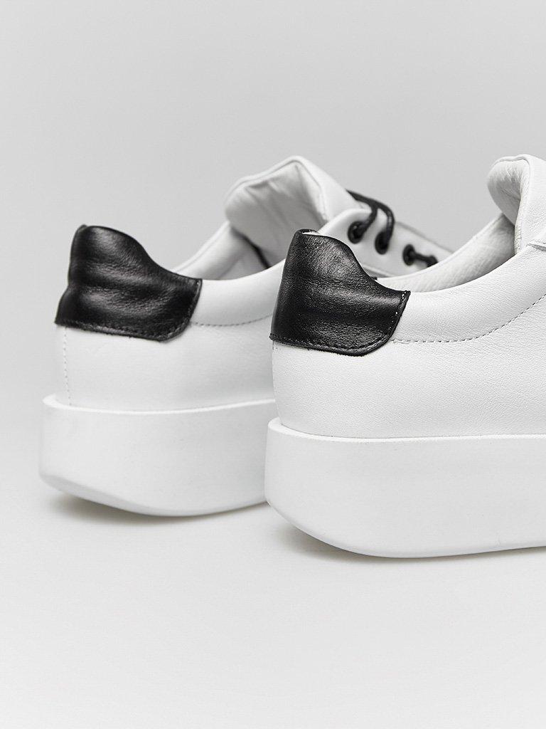 Skórzane buty sportowe w kolorze białym z kontrastowym prozdem Katarina Ivanenko (zdjęcie 4)