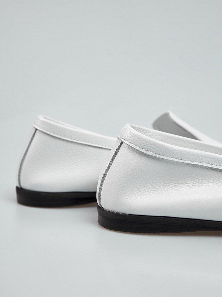 Białe skórzane lordsy w minimalistycznym stylu Love&Live (zdjęcie 4)