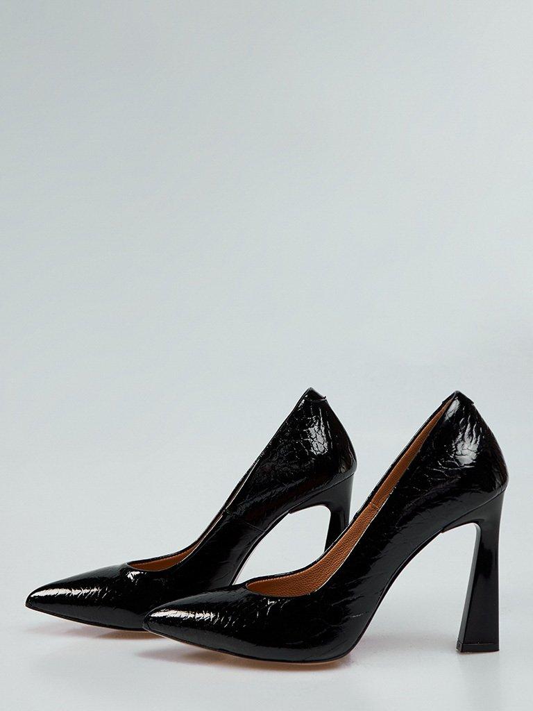 Buty wykonane z naturalnej skóry lakierowanej w kolorze czarnym na obcasie ze szpiczastym noskiem Katarina Ivanenko