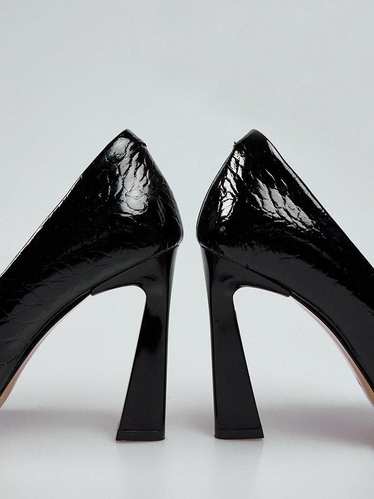 Buty wykonane z naturalnej skóry lakierowanej w kolorze czarnym na obcasie ze szpiczastym noskiem Katarina Ivanenko (zdjęcie 2)
