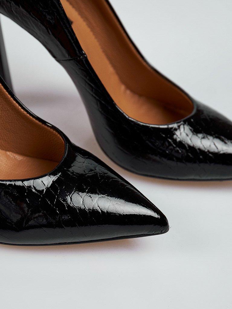 Buty wykonane z naturalnej skóry lakierowanej w kolorze czarnym na obcasie ze szpiczastym noskiem Katarina Ivanenko (zdjęcie 4)