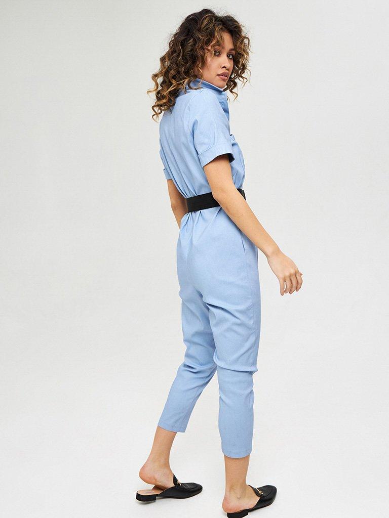 Bawełniany kombinezon w kolorze niebieskim z krótkimi rękawami i paskiem Katarina Ivanenko