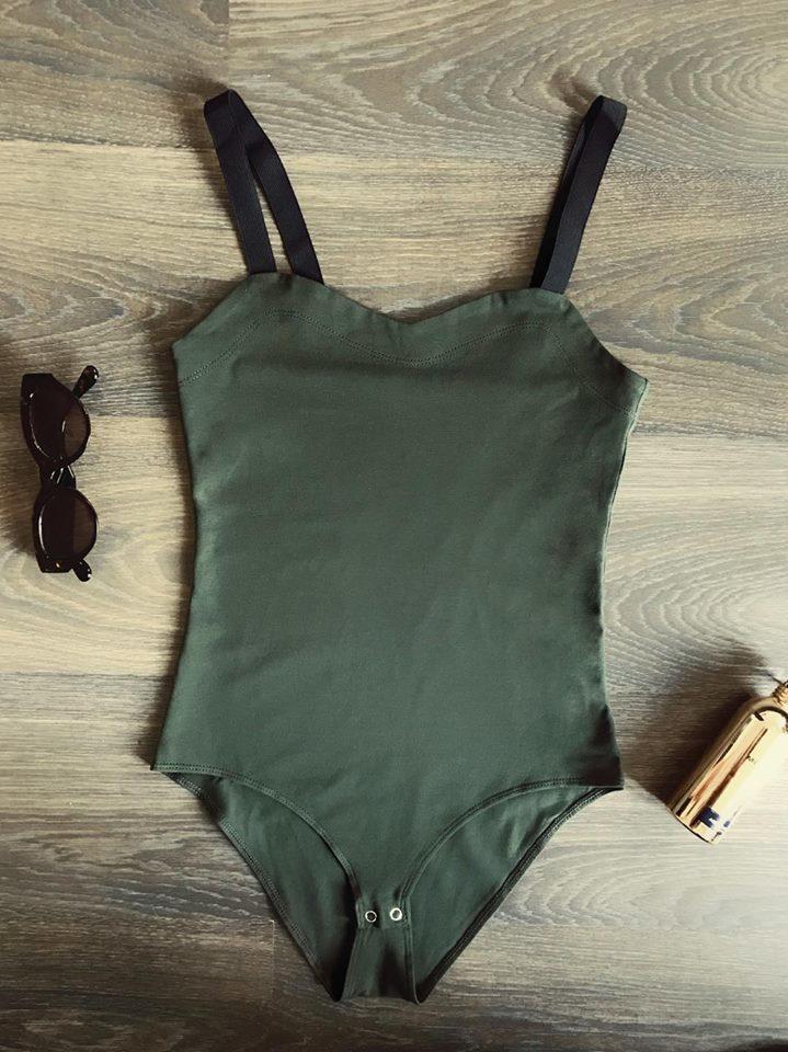 Body w kolorze khaki na szerokich czarnych ramiączkach PURE (zdjęcie 5)