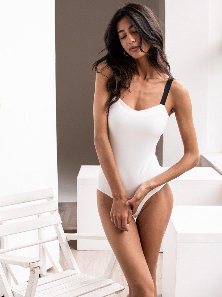 Body w kolorze białym na szerokich czarnych ramiączkach PURE (zdjęcie 6)