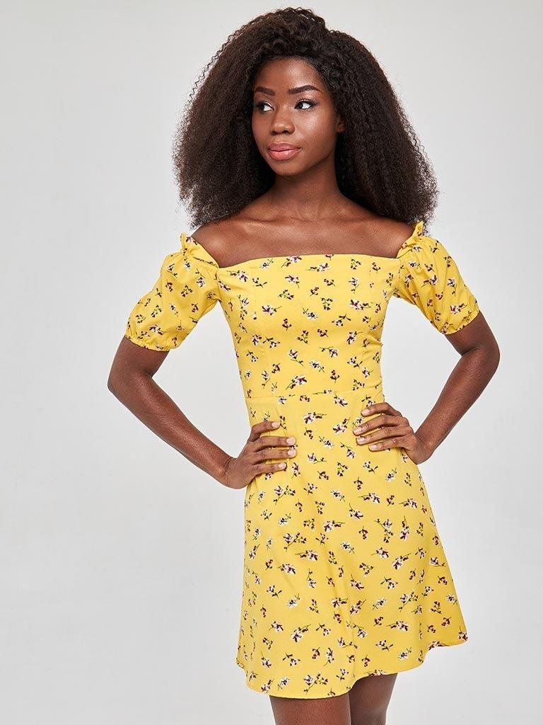 Żółta sukienka mini z odkrytymi ramionami w kwiatowy wzór Love&Live