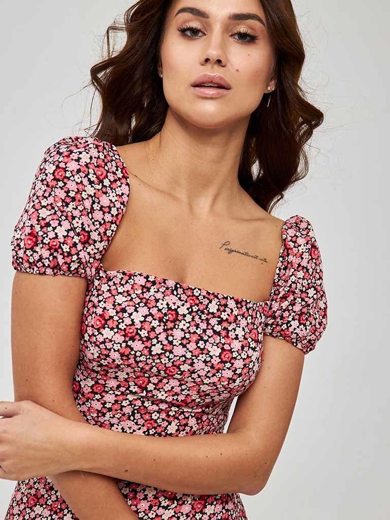 Koralowa sukienka mini w kwiatowy print z bufiastymi rękawami Love&Live