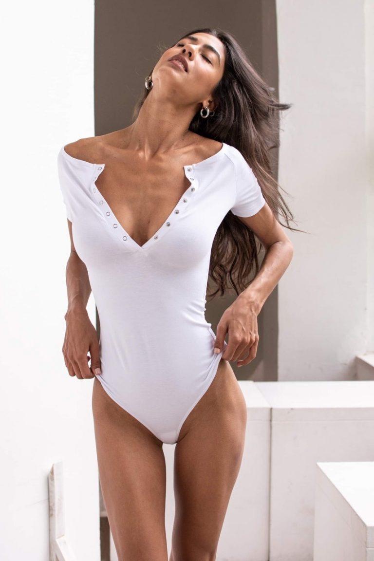 Body w kolorze białym z niskim ramieniem i krótkimi rękawami PURE