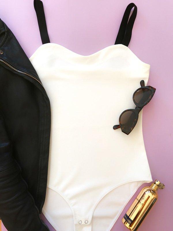 Body w kolorze białym na szerokich czarnych ramiączkach PURE (zdjęcie 3)