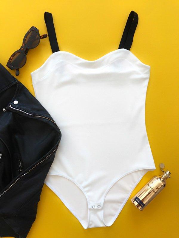Body w kolorze białym na szerokich czarnych ramiączkach PURE (zdjęcie 4)