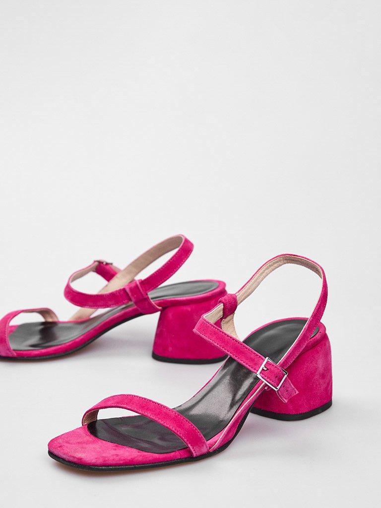 Malinowe zamszowe sandały z paskami na średnim obcasie Katarina Ivanenko