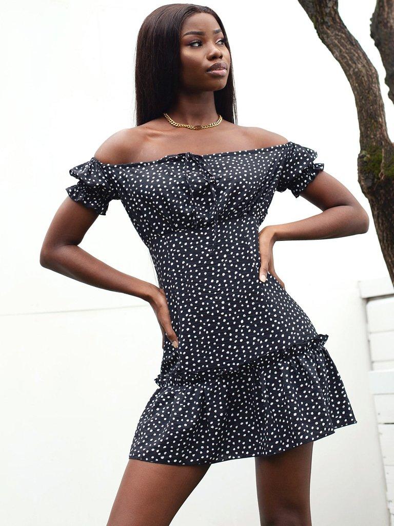 Sukienka mini w kolorze czarnym w grochy z odkrytymi ramionami Love&Live